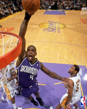 Chris Webber machaca en la cara de Robert Horry
