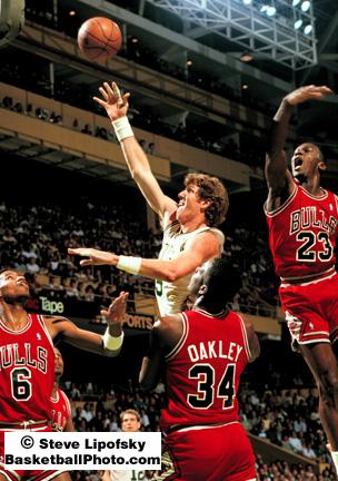 Jordan intenta taponar a Bill Walton, suplente de lujo en sus últimas temporadas con los Celtics