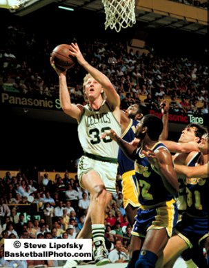 Larry Bird contra los Lakers en las finales de 1987. Aparecen James Worthy, Magic Johnson, Kevin McHale y Kurt Rambis.