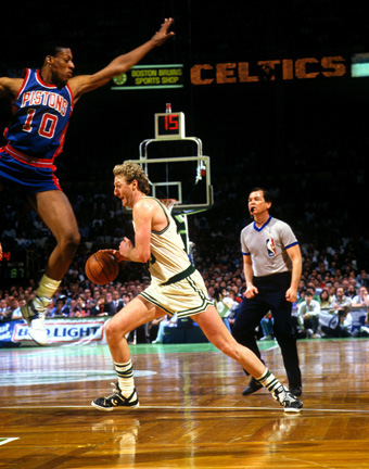 Larry Bird defendido por Dennis Rodman en la final de la conferencia Este de 1987