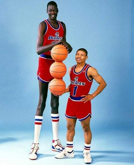 Manute Bol y Tyron Bogues cuando compartieron equipo en los Washington Bullets