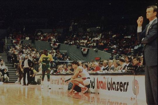 Debut de Fernando Martín en la NBA con los Portland Trail Blazers contra los Seattle Supersonics. Delante aparece su entrenador Mike Schuler.