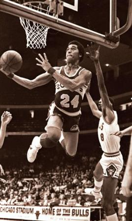 Dennis Johnson, con los Seattle Supersonics, a aro pasado tras superar la defensa de Mickey Johnson, de los Chicago Bulls, en marzo de 1979
