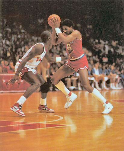 Julius Erving defendido por Michael Jordan. El Doctor J trata de irse de la defensa de Air Jordan.