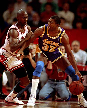 Magic Johnson defendido por Michael Jordan
