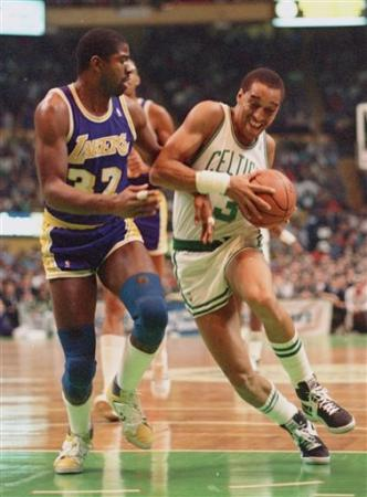 Dennis Johnson intenta entrar ante la defensa de Magic Johnson en diciembre de 1986