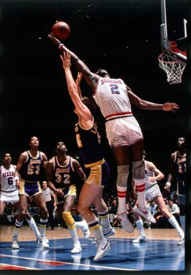 Moses Malone le quita un rebote a Mark Landsberger. También aparecen Julius Erving, Jamal Wilkes, Magic Johnson, Mark Iavaroni y Bob Mcadoo.