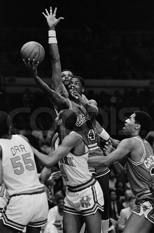 Marvin Webster intenta taponar a Quintin Dailey en 1984