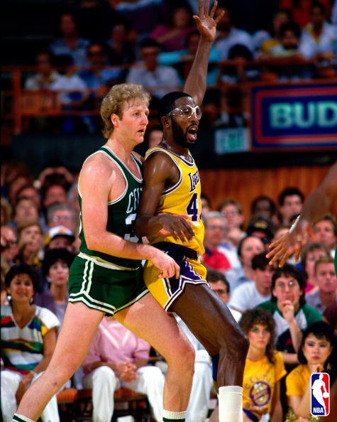 James Worthy juega al poste contra Larry Bird