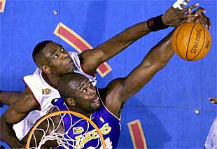 Mutombo tapona a Shaquille O'neal