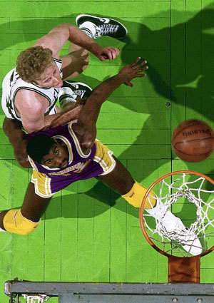Magic Johnson y Larry Bird luchan por un rebote en el Boston Garden.