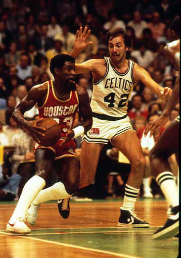 Calvin Murphy defendido por Chris Ford.