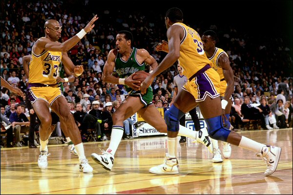 Adrian Dantley entra a canasta frente a Magic Johnson, Kareem Abdul-Jabbar y Orlando Woolridge.