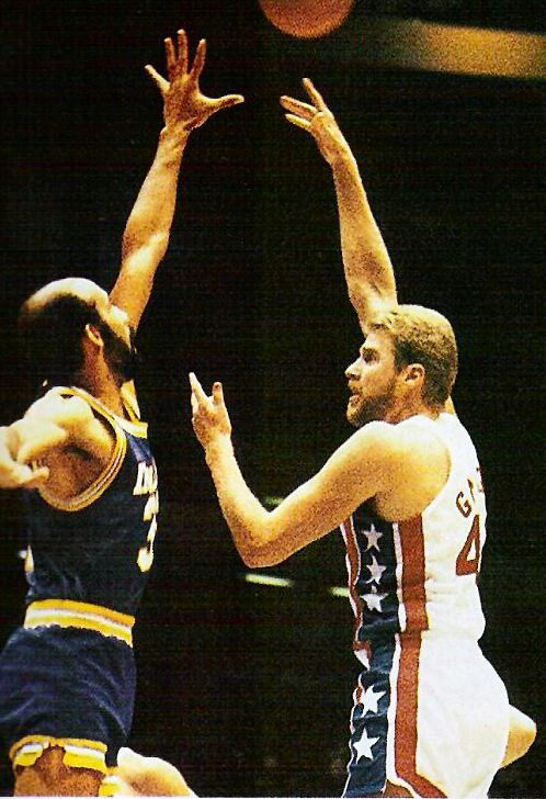 Mike Gminski de New Jersey Nets lanza frente a Granville Waiters de Indiana Pacers en 1985