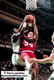 Charles Barkley y Robert Parish luchando por un rebote