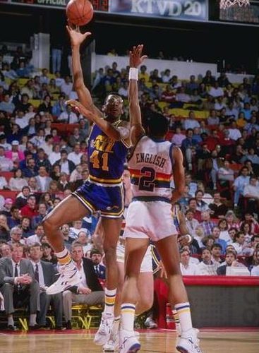 Thurl Bailey lanza un gancho defendido por Alex English