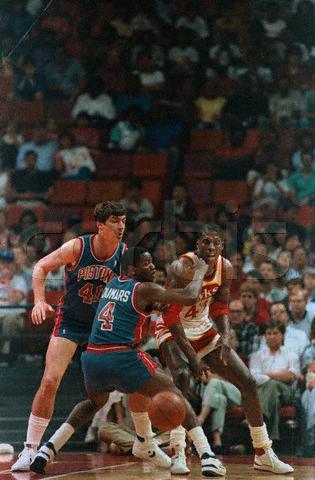 Kevin Willis contra Joe Dumars y Billy Laimbeer en 1987